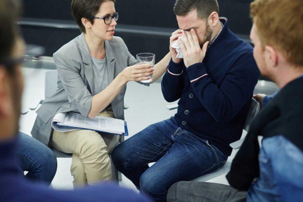 جلسات گروه درمانی به افزایش انگیزه و کاهش استرس و غم بیمار کمک میکند.